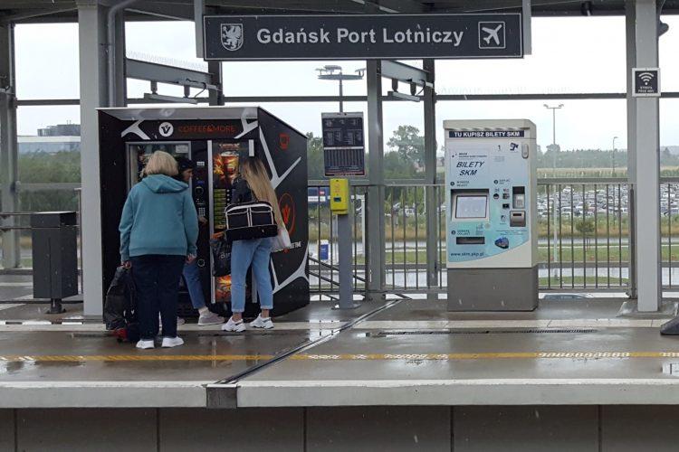 Estación de tren del aeropuerto de Gdansk - máquina de billetes