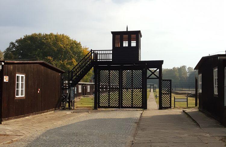 Puerta del museo del campo de concentración de Stutthof